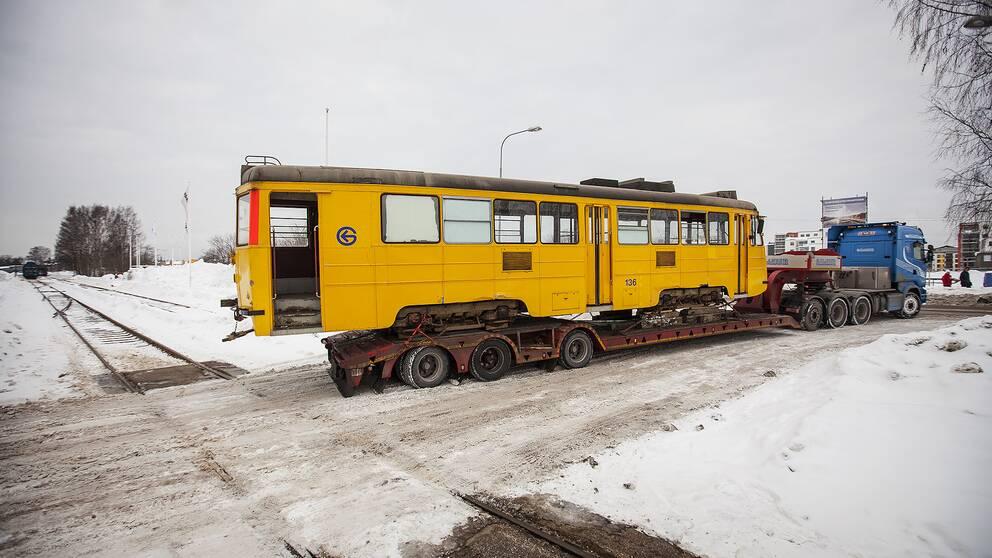 Den gamla Gävle-spåvagnen lämnar staden för gott och passerar här spåret som spårvägssällskapet hade hoppats kunna köra den på innan kommunen sa nej.