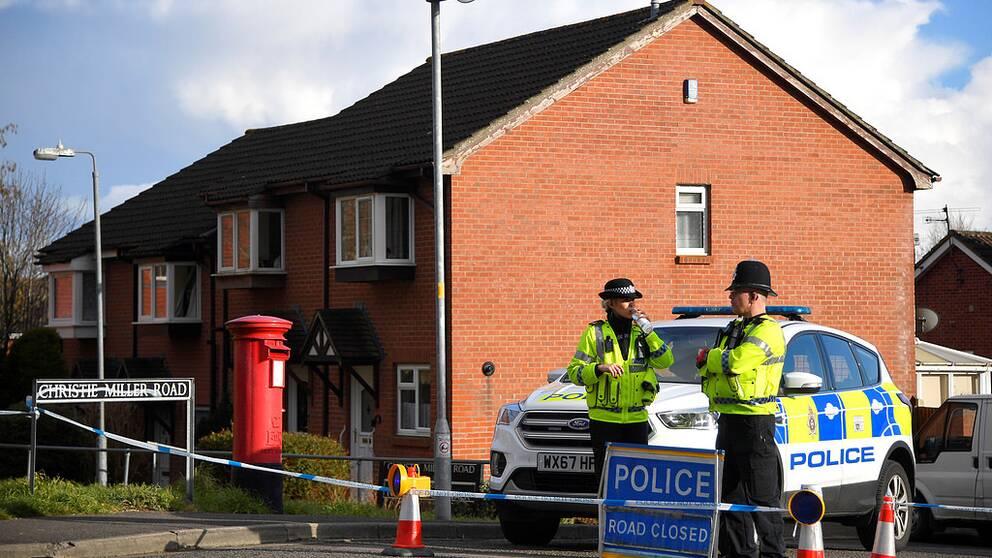 Brittisk polis har spärrat av och undersöker det hus där den spiondömde ryske översten Skripal bodde.