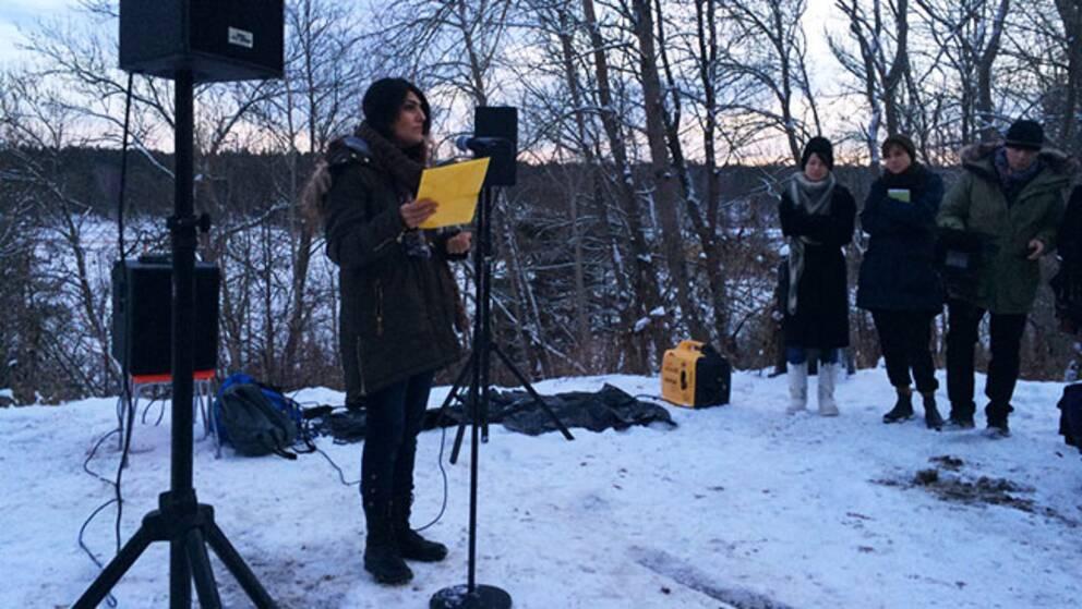 Poeter och människorättsaktivister samlades utanför iranska ambassaden för att visa sitt stöd. Växjös fristadsförfattare Nasrin Madani Zad läste dikter av de båda fängslade poeterna.