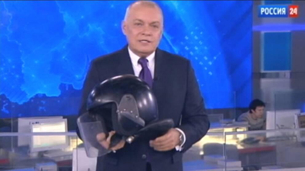Programledare Dimitrij Kiseljov hävdade att förgiftningen av Sergej Skripal ger Storbritannien stora möjligheter som en internationell bojkott av fotbolls-VM i Moskva.