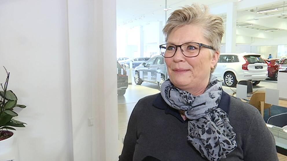 Kvinna intervjuas i bilhall