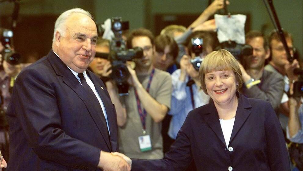 Angela Merkel valdes 2000 till partiledare för det kristdemokratiska partiet och har suttit som regeringschef sedan 2005. Med en fjärde kommande mandatperiod kommer hon att nå fram till Helmut Kohls (till vänster på bilden, 2002) rekordlånga maktinnehav på 16 år.