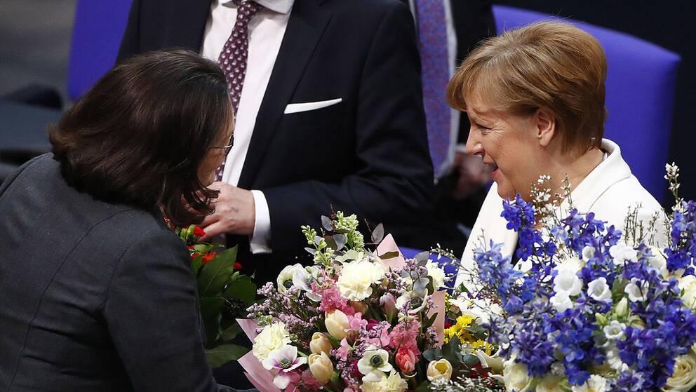 Angela Merkel tar emot gratulationer av Andrea Nahles, den kommande ledaren för SPD. Merkel är nu vald till förbundskansler för en fjärde mandatperiod.