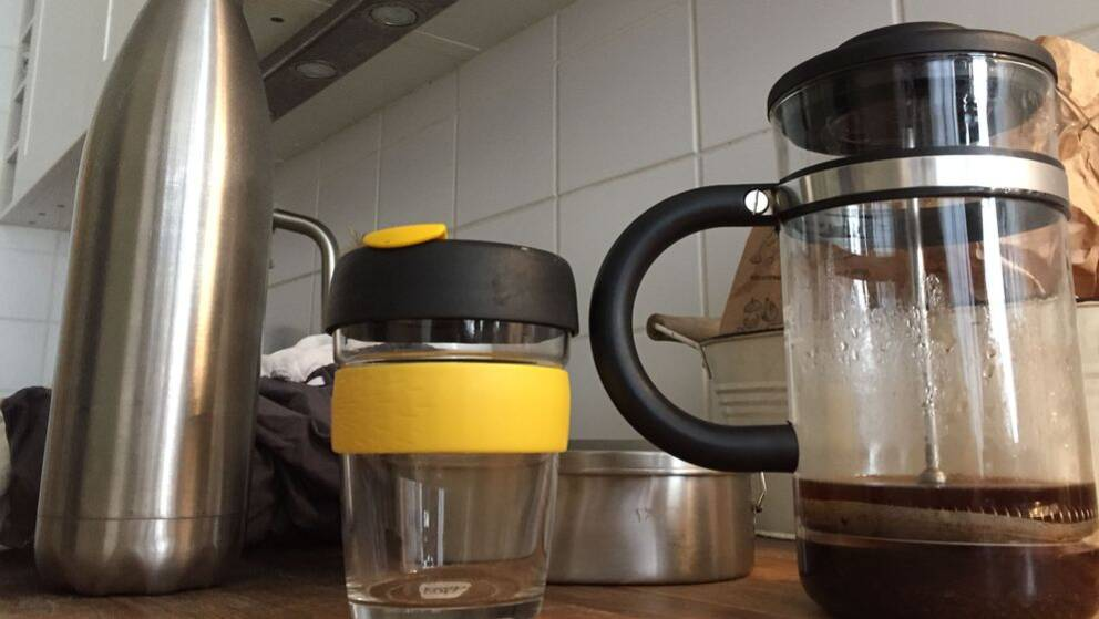 vattenflaska, kaffeemugg, kaffebryggare, tygpåse