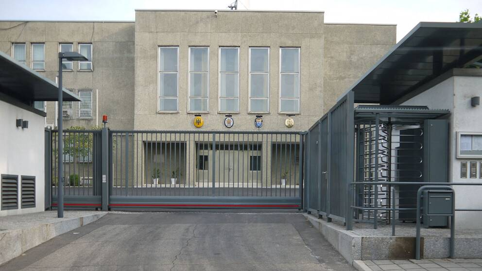 Svenska ambassaden i Nordkorea är inhyst i samma byggnad som den franska, den brittiska och den tyska ambassaden.