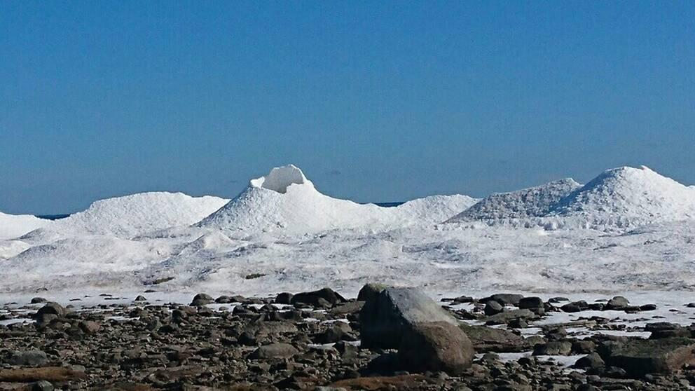 Vulkanliknande isberg vid Triberga läge på sydöstra Öland. 18 mars