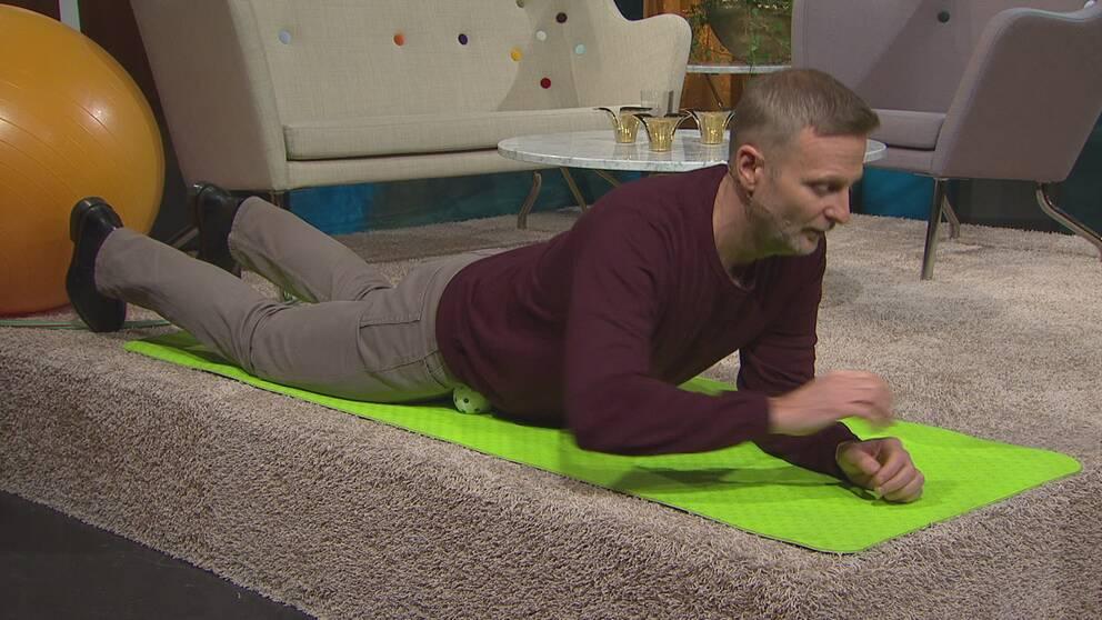 Per Jonsson visar hur man ligger på en boll för att mjuka upp höftböjarmusklerna.
