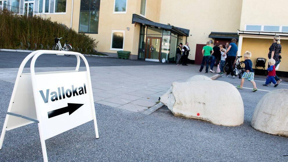 En bild på en skylt som pekar mot en vallokal.
