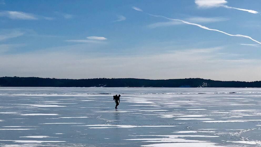 En som tar en tur på isen, Täby.