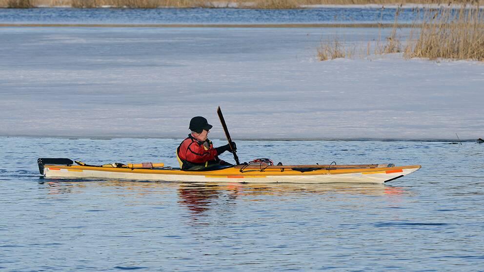 Vår i sikte när man ser någon paddla i Eskilstunaån.