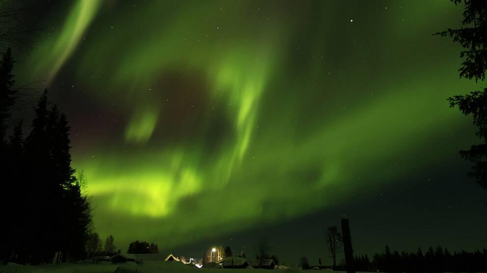 Norrskenet bildade en ström av färg och ljusöver hela himlen.Bågarna och bältena rusade snabbtöver himlavalvet.En fantastisk norrskensnatt i norra Tornedalen.22 mars i Lautakoski.