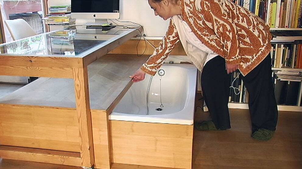 Sittmöbeln gömmer ett badkar i Valentina Mainis lägenhet.