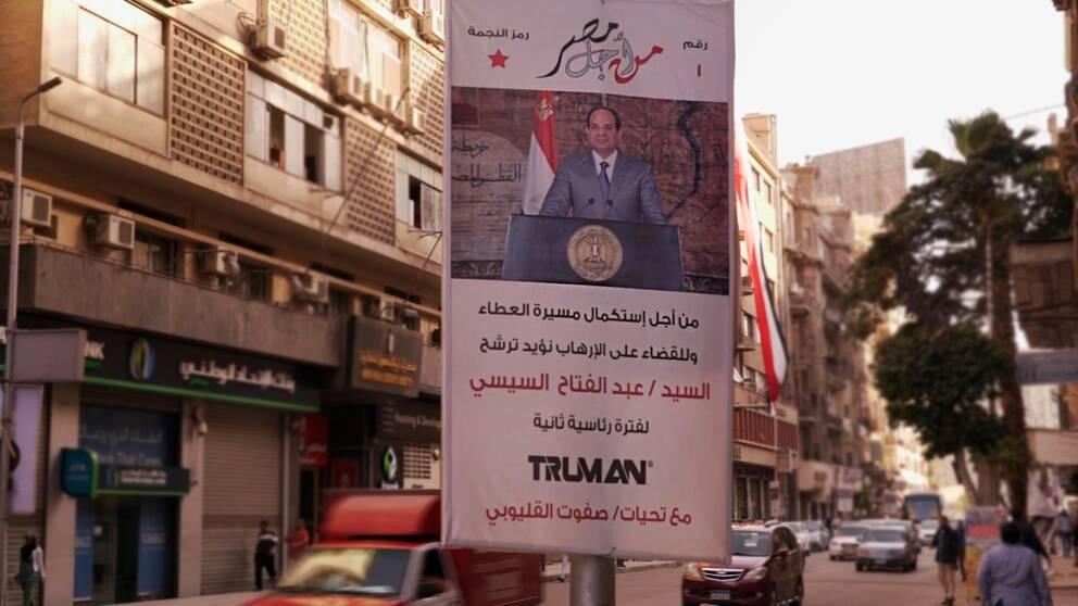 En egyptiskt gata med en valaffisch från president Abd al-Fattah al-Sisi, som väntas vinna överlägset.