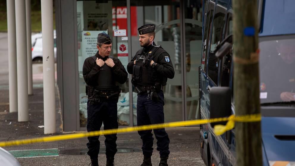 Polis utanför butiken i Trèbes under lördagen