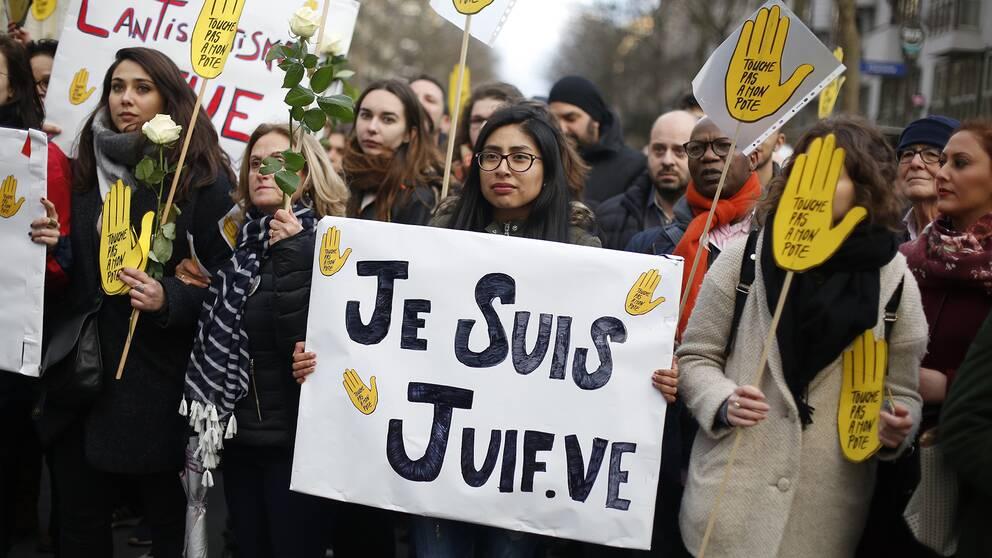 """En kvinna med ett plakat där det står """"Jag är jude"""", från onsdagens manifestation i Paris"""