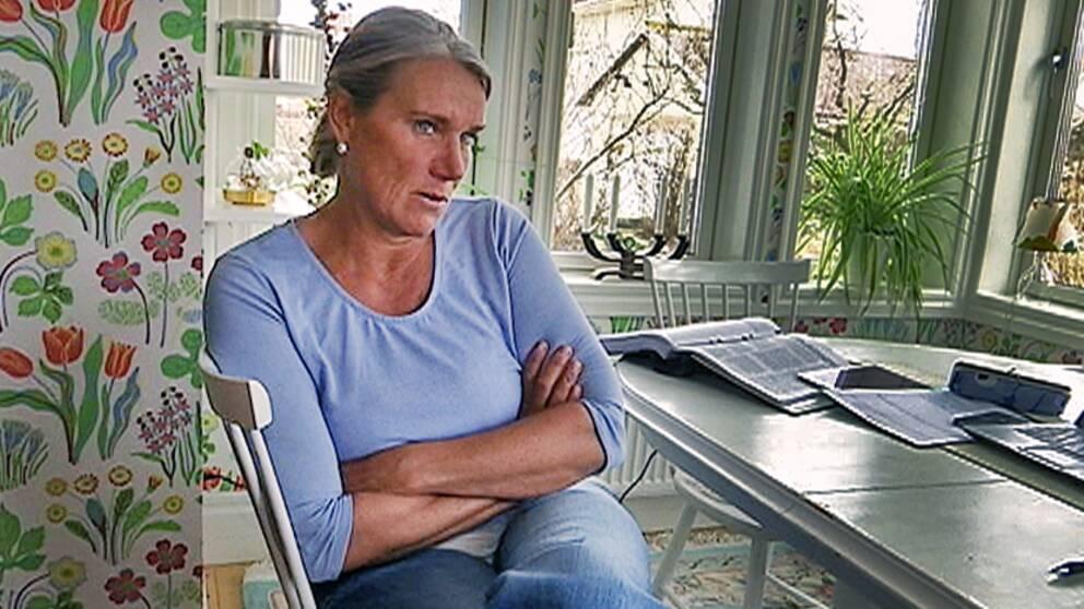 Kvinna sitter vid bord