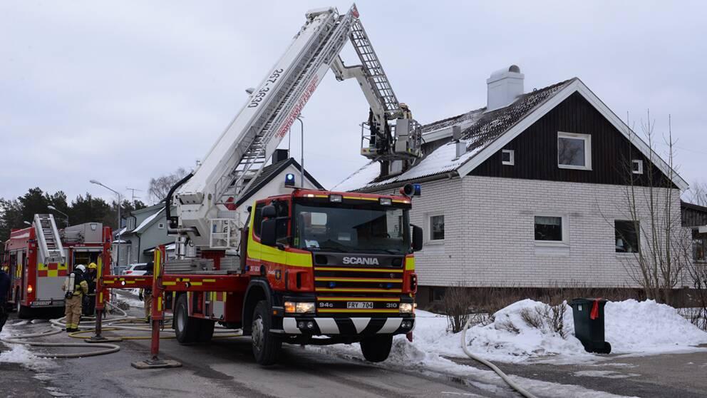 Flera styrkor från räddningstjänsten är på plats vid villan i Åseda.