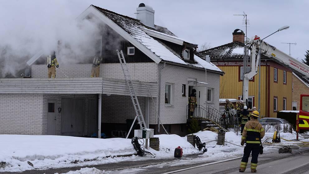 Enligt räddningstjänsten är det vid 10.30-tiden fortfarande rökutveckling mellan våningarna i huset.