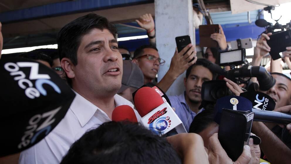 Carlos Alvarado mötte pressen på valdagen i Costa Rica.