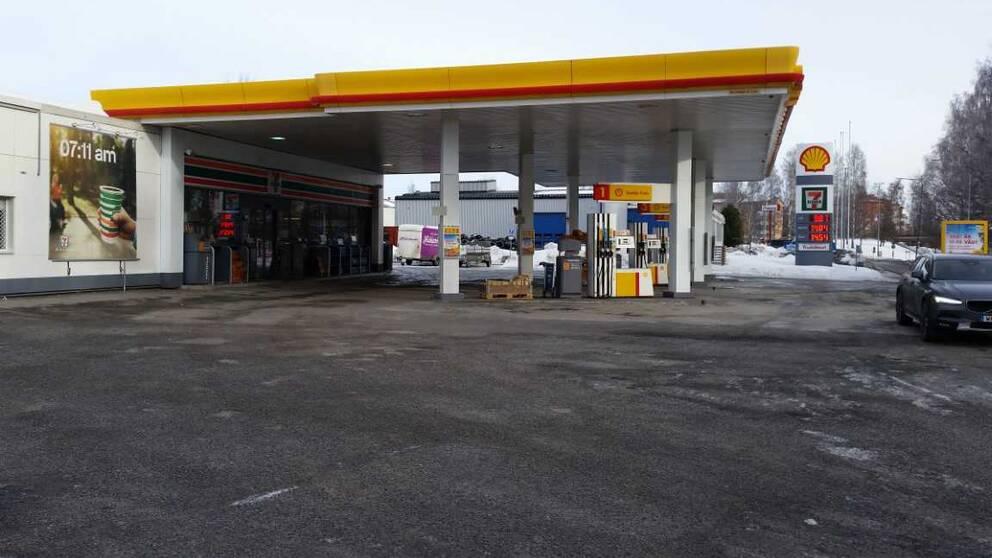 Man ranade bensinstation