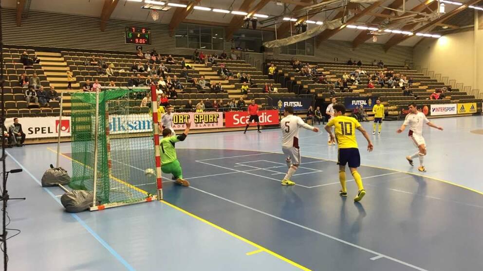 Bild från match i Futsal i idrottshuset i Örebro.