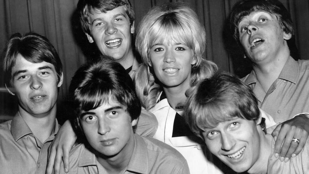 Ett gäng artister som flackar mellan folkparkerna sommaren 1966. Här ses Barbro Lill-Babs Svensson, sångerska. maken Lasse Berghagen (3:e frv), sångare och skådespelare, och Hi-Balls.