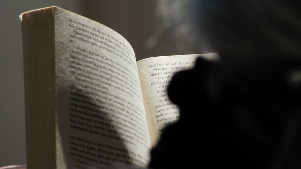 En person som läser en bok
