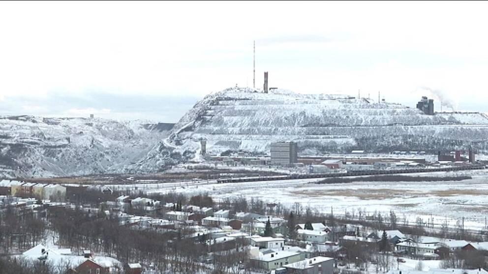vy över del av staden och gruvan, lite snö