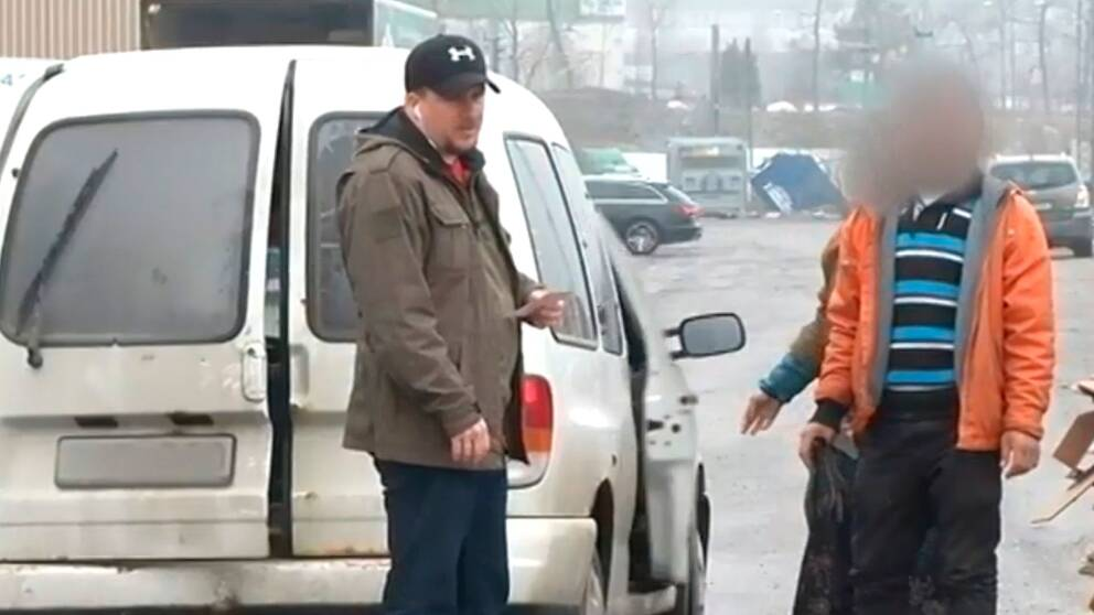 Polisen utför en utlänningskontroll.