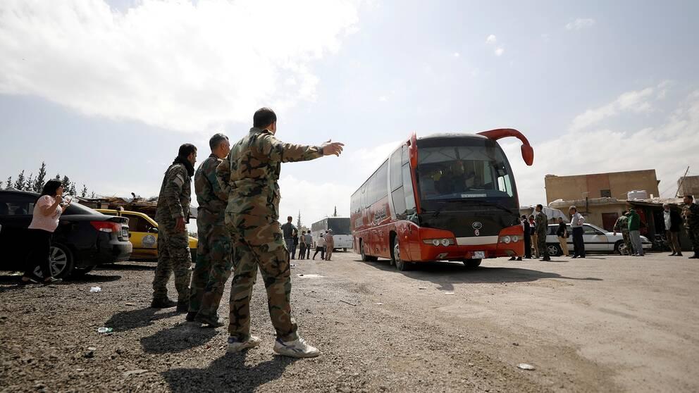 Bild på bussar som lämnar Douma i Syrien