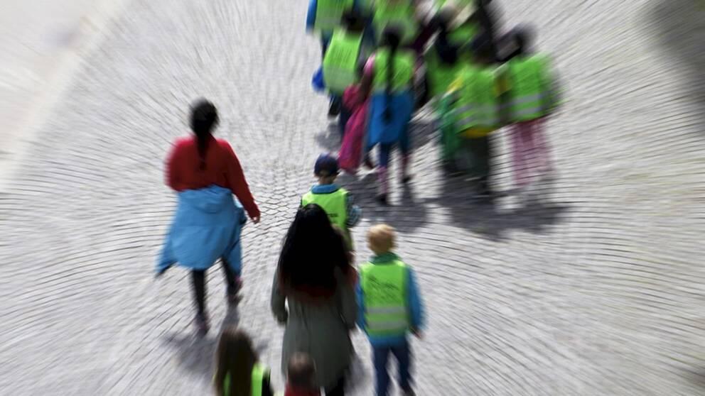 Barn och fritidspersonal ute på promenad.