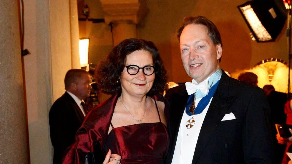 Ebba Witt Brattström och Horace Engdahl anländer till Nobelbanketten i Stadshuset i Stockholm 2012.