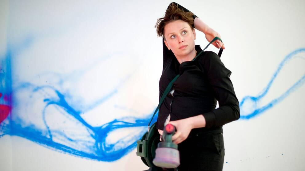 Graffitimålaren Carolina Falkholt är aktuell med nya väggmålning.