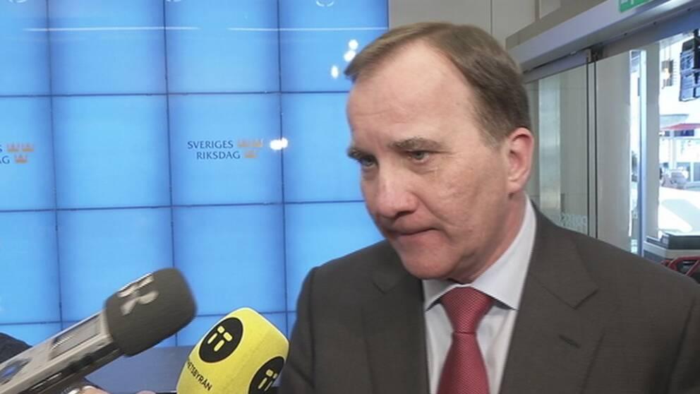 Stefan Löfven talar med SVT:s reporter och övrig press