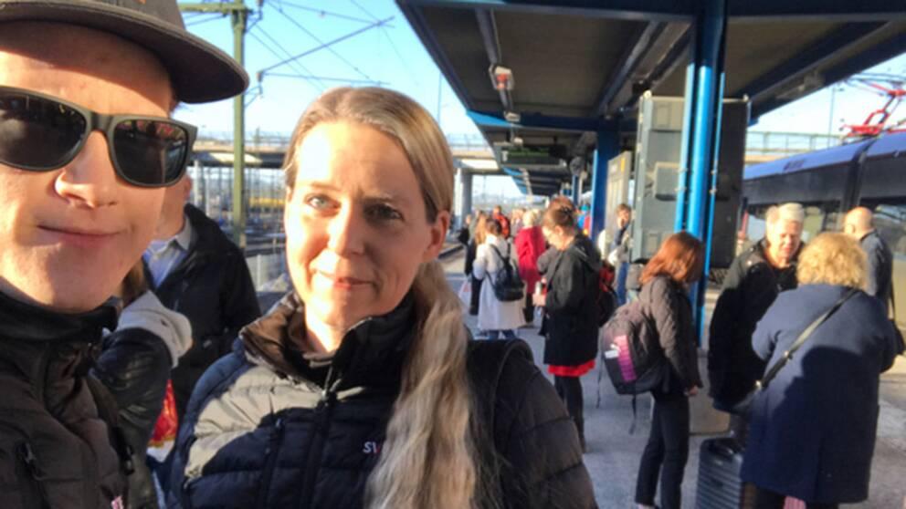 Magnus Bergevin och Marja Andersson på väg till Stockholm för att rapportera från demonstrationen.