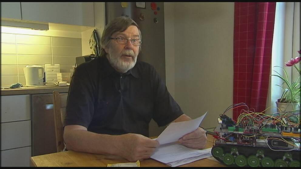 Pensionären Gunnar Nilsson från Hammarö utanför Karlstad är en av många som vägrat att lösa sina varor från Postnord.