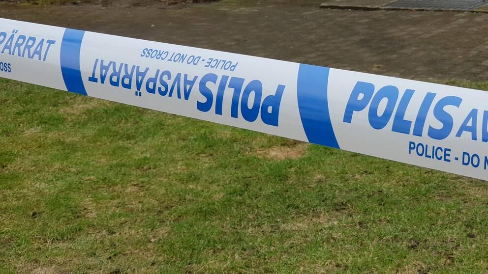En man i 30-årsåldern hittades mördad i en lägenhet i Kristianstad. Nu döms två män för mordet.