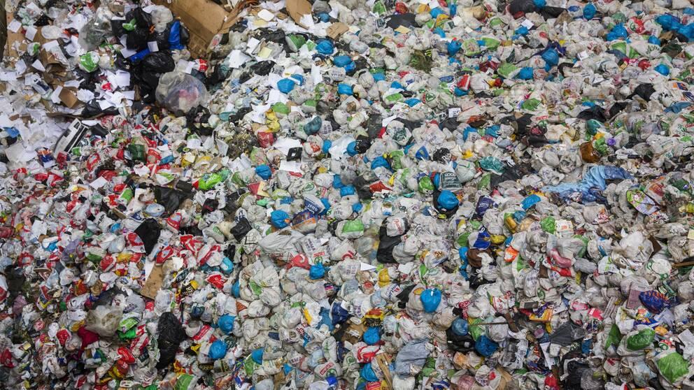 Sopor som ligger på hög på en avfallsanläggning.