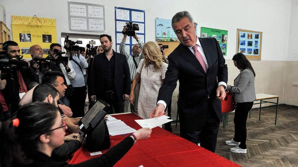 Presidentkandidaten Milo Djukanovic kastade sin röst tidigare under dagen.