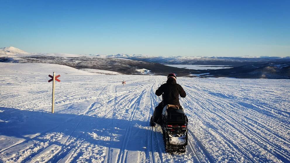 Snöskoter på led i Tärnafjällen. Ryfjället skymtar till vänster i bild.