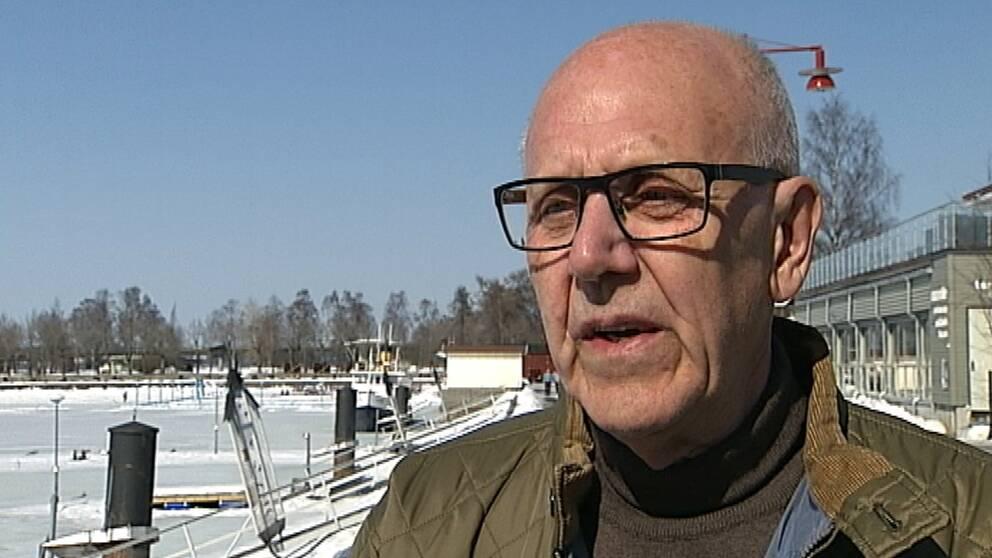 Östersundshems styrelseordförande Tord Andnor intervjuas utomhus