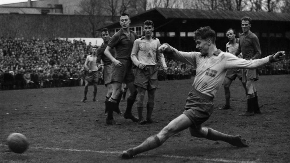 Agne Simonsson under en match i Malmö i november 1957.