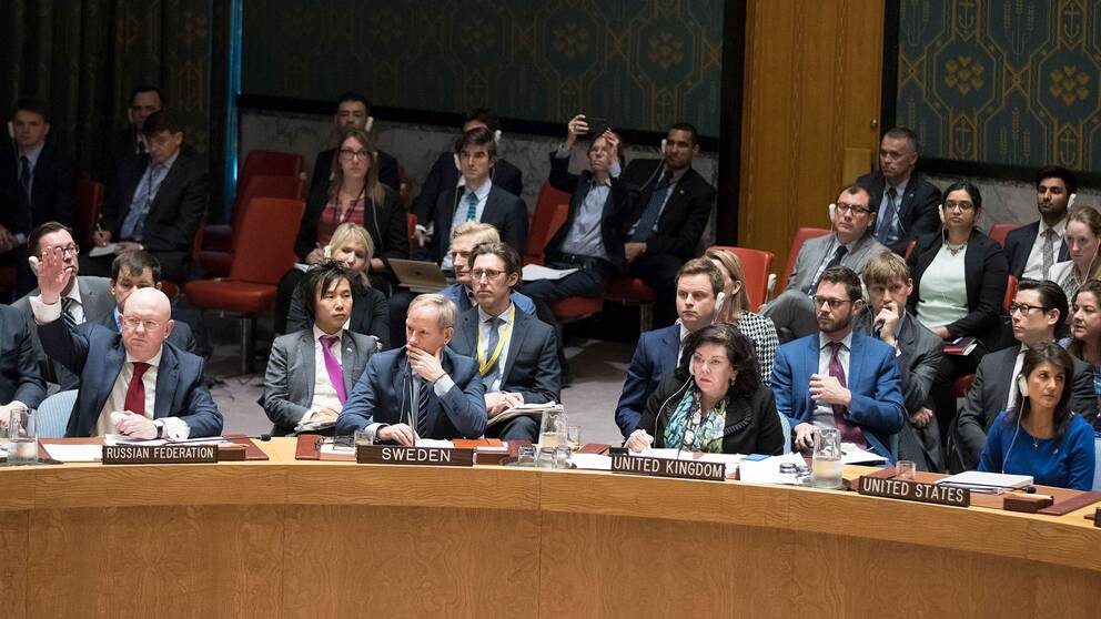 På bilden syns fyra av FN-ambassadörerna som kommer till mötet i Backåkra. Från vänster: Vassily Nebenzia (Ryssland), Olof Skoog (Sverige), Karen Pierce (Storbritannien) och Nikki Haley (USA).