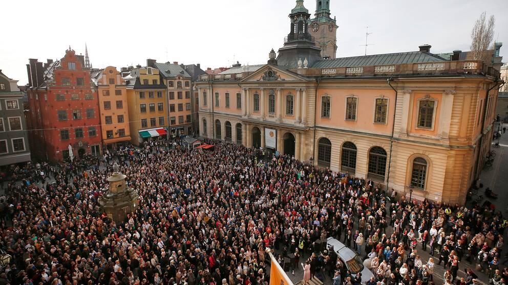 Knytblusmanifestation – avgå, hela akademien! hålls på Stortorget i Gamla stan i Stockholm.