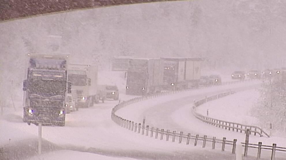 Besvärligt väder i Medelpad och Ångermanland den 17 januari. Bland annat blev det totalstopp på E4:an i bägge riktningar efter att flera långtradare fastnat i snön.