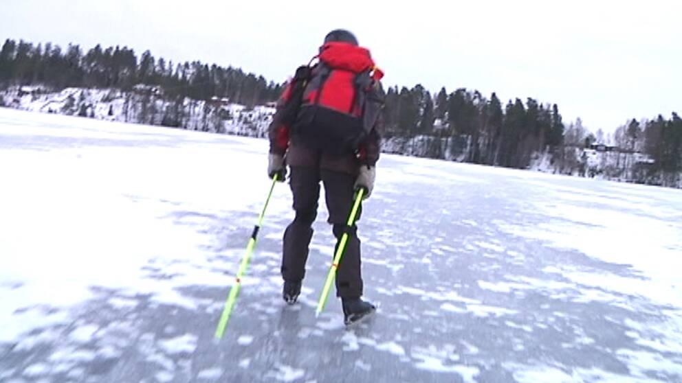 Eftersom kylan kom sent denna vinter la sig också isen sent på sjöarna i söder, och till en början var det också väldigt tunn och förrädisk is. Här en skridskosäker is någonstans i Småland den 23 januari.
