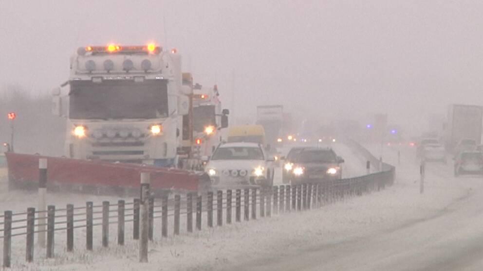 Besvärligt väder i Södermanland och Östergötland den 27 januari. Så här såg det ut någonstans längs E4:an den dagen.
