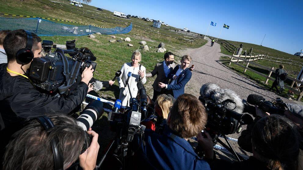 Utrikesminister Margot Wallström pratar med journalister då hon anländer till Dag Hammarskjölds Backåkra inför lördagens möte.
