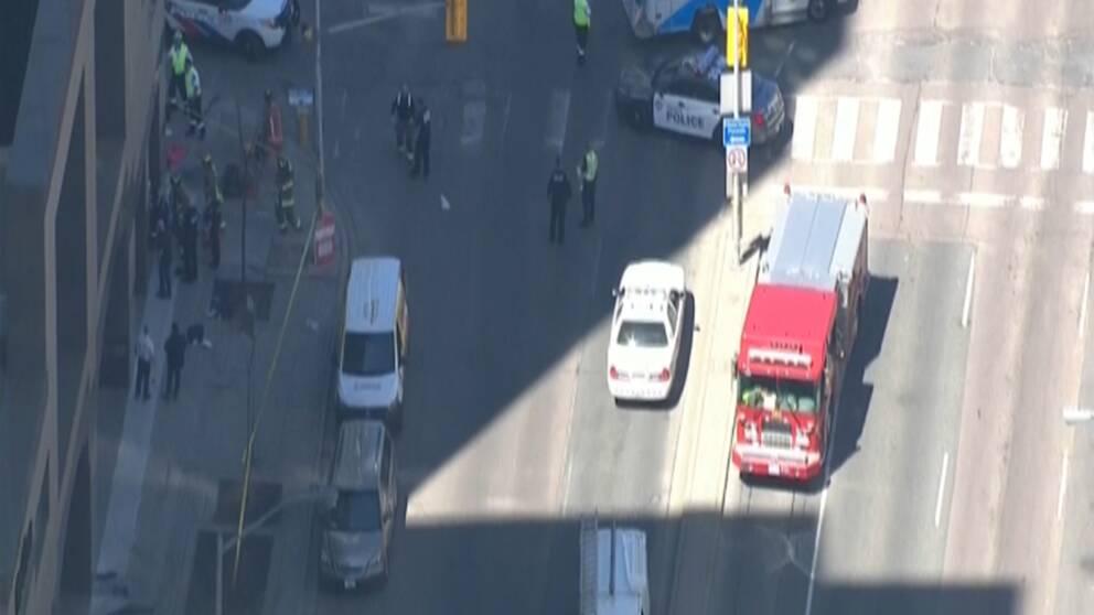 Tv-bilder visar den pågående räddningsinsatsen efter händelsen i Toronto.