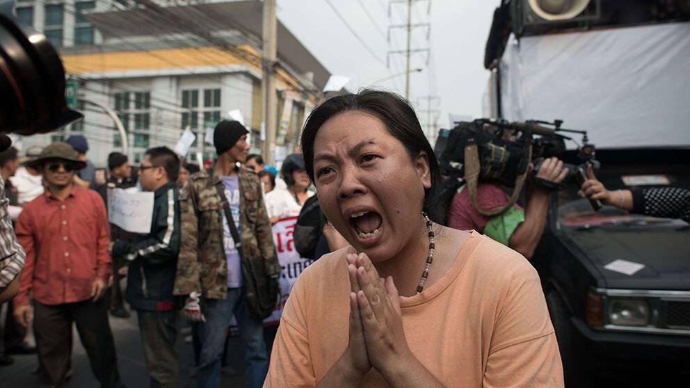 En kvinna skriker ut sin frustration efter skottlossningen i Bangkok.